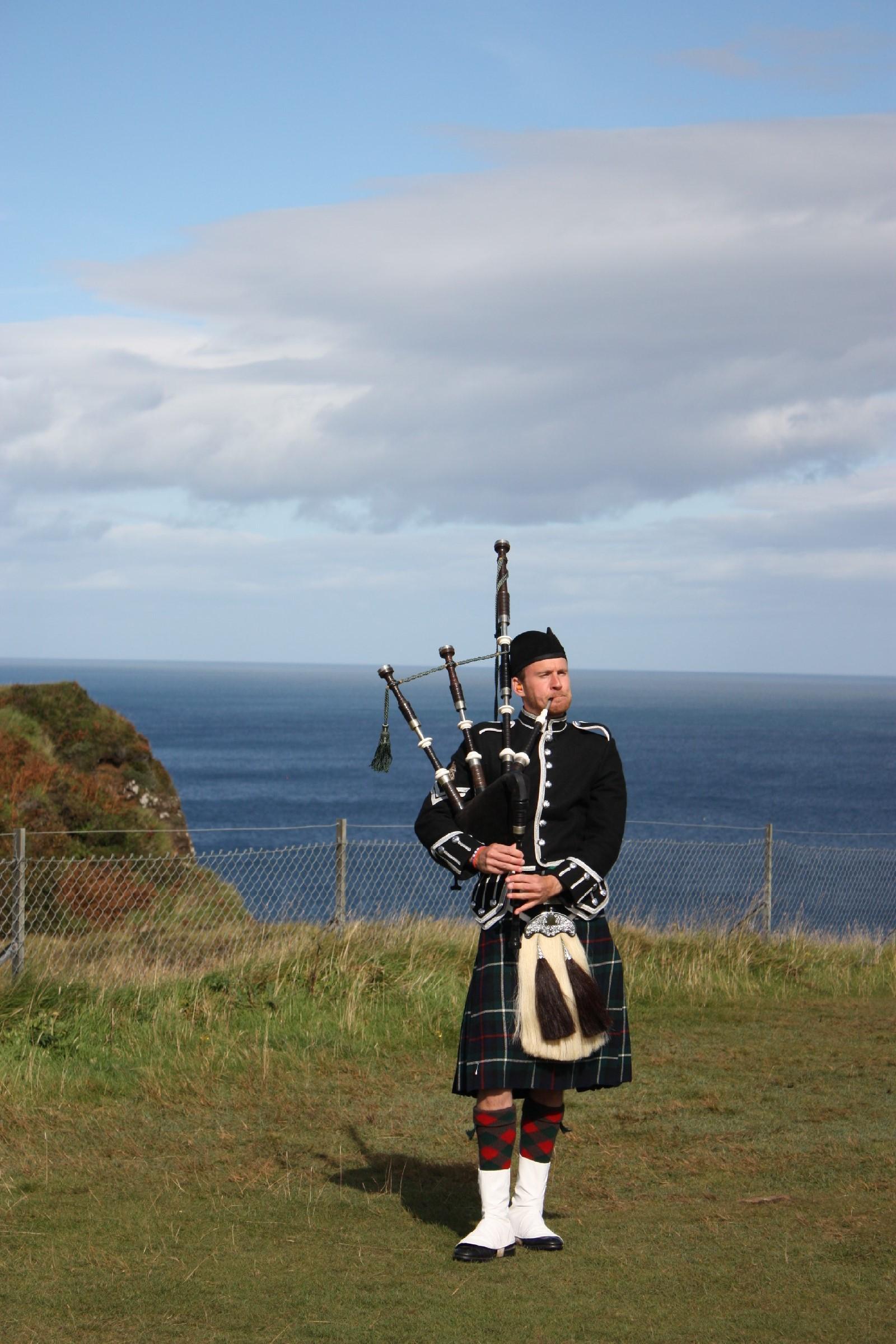 Der erste Schotte mit Kilt und Dudelsack :)